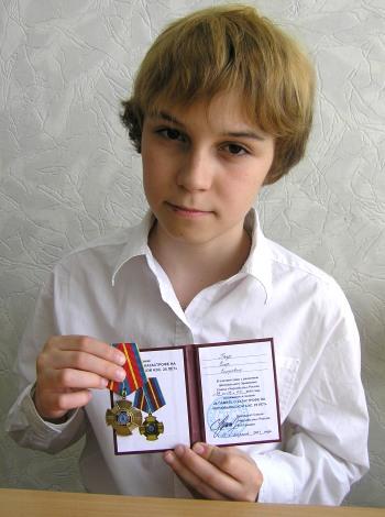 Усольцев Влад показывает нагрудный знак своего дедушки